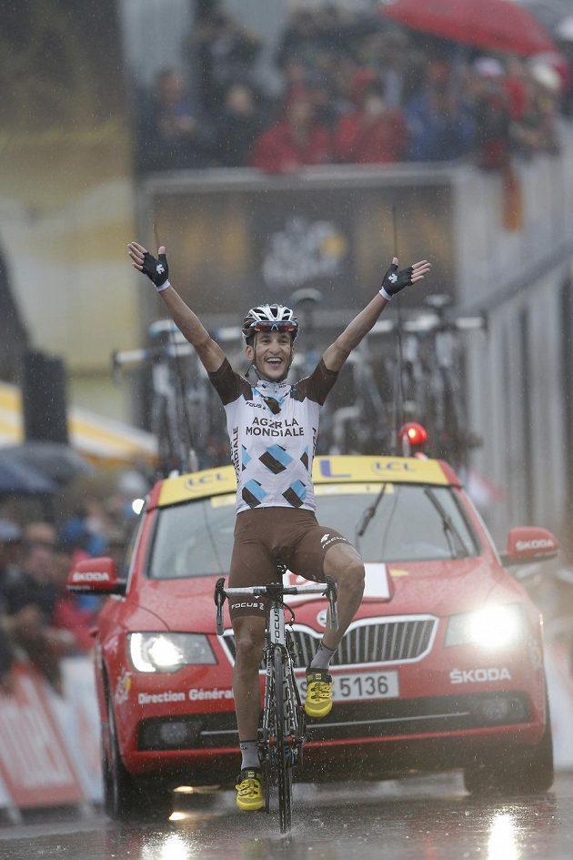 Francouz Blel Kadri se raduje z vítězství v osmé etapě Tour de France.