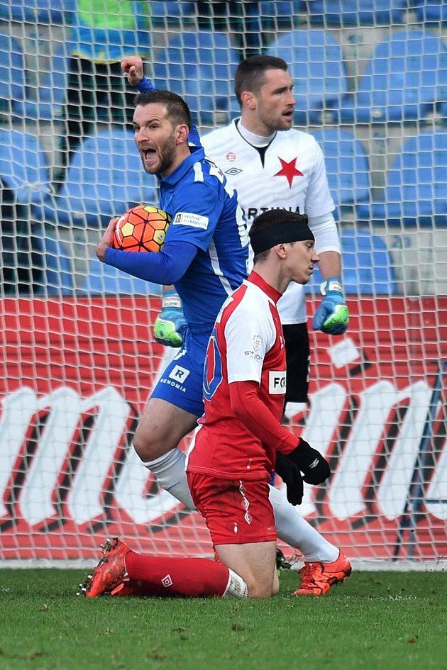 Autor vyrovnávacího gólu Liberce Marek Bakoš (vlevo) a brankář Martin Berkovec s Jiřím Bílkem ze Slavie.