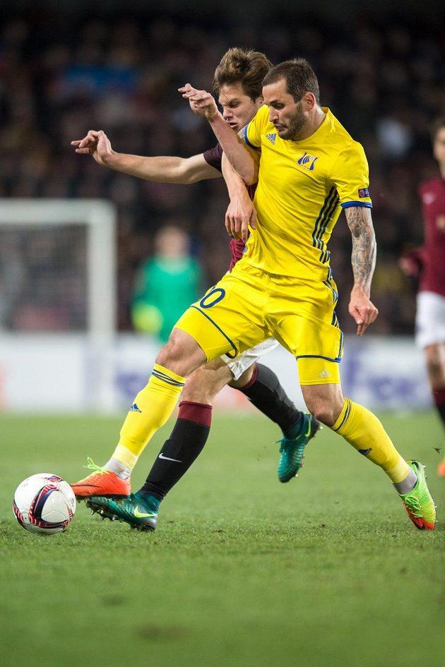 Matěj Pulkrab (vzadu) ze Sparty a Fedor Kudrjašov z Rostova během odvetného utkání play off Evropské ligy.