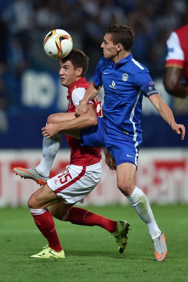 David Pavelka (vpravo) z Liberce v souboji o míč s Nikolou Vukčevićem z SC Braga.