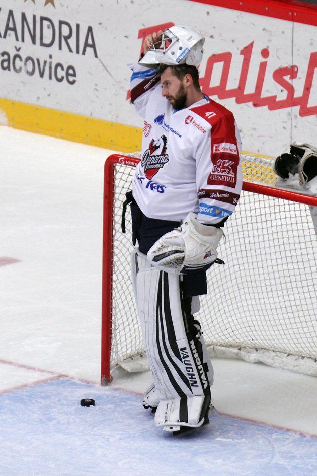 Brankář Pardubic Pavel Kantor při zápase v Třinci.