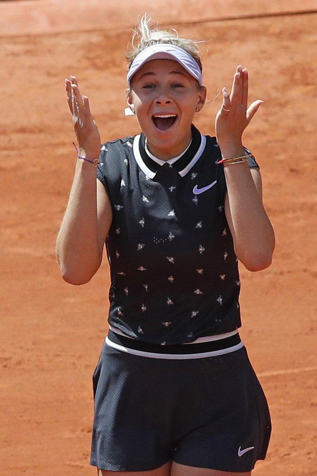 Rumunská tenistka Simona Halepová titul na French Open neobhájí. Ve čtvrtfinále prohrála se sedmnáctiletou Američankou Amandou Anisimovovou (na snímku) 2:6, 4:6.