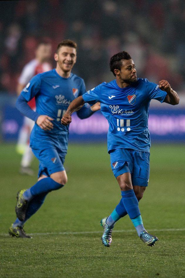 Carlos Azevedo z Baníku (vpravo) oslavuje gól na hřišti Slavie.