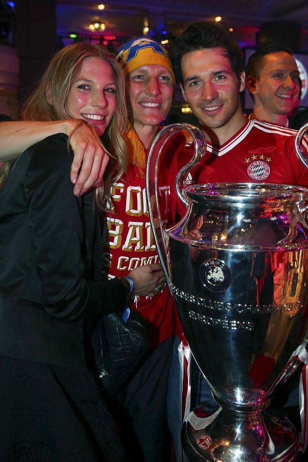 Bastian Schweinsteiger (uprostřed) s partnerkou Sarah Brandnerovou slaví triumf v Champions League, k němuž přišel popřát i německý sjezdař Felix Neureuther.