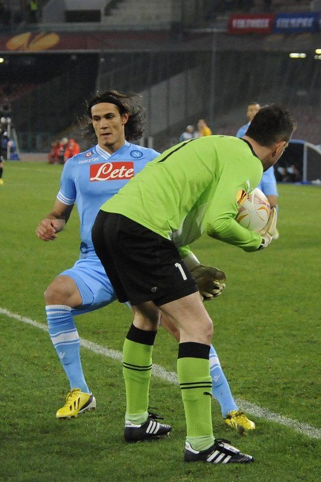 Edinson Cavani atakuje plzeňského gólmana Matúse Kozáčila.