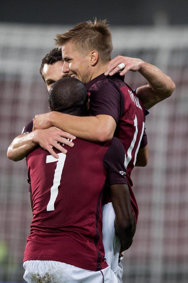 Fotbalisté Sparty David Lafata, Kehinde Fatai a Martin Frýdek oslavují gól na 2:0 proti Slovácku.