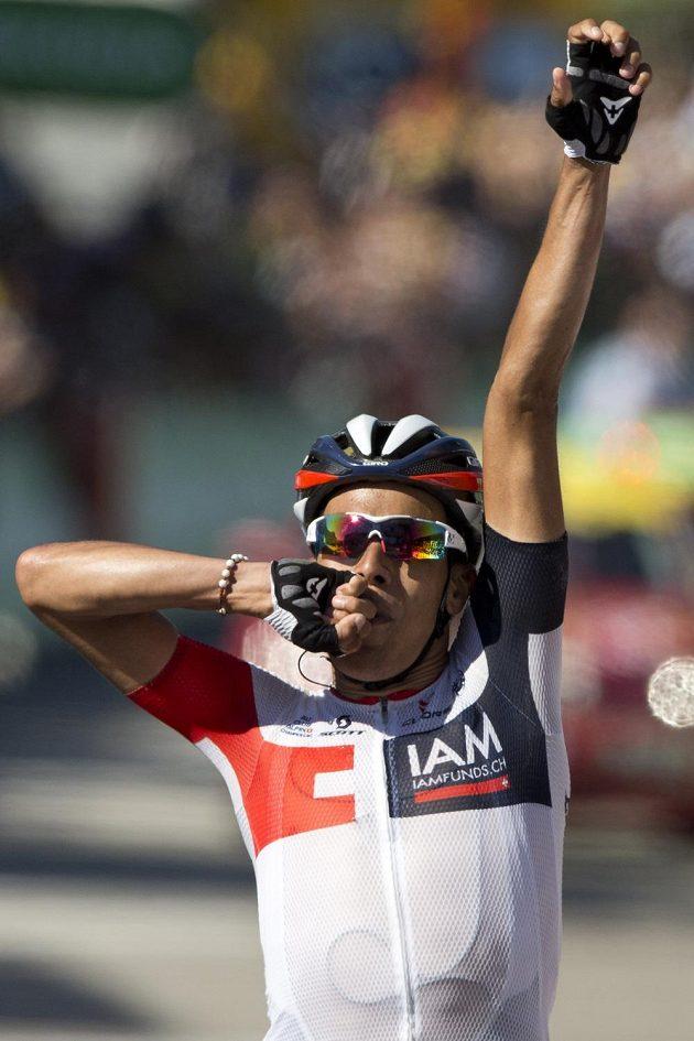 Jarlinson Pantano slaví vítězství v patnácté etapě Tour de France.