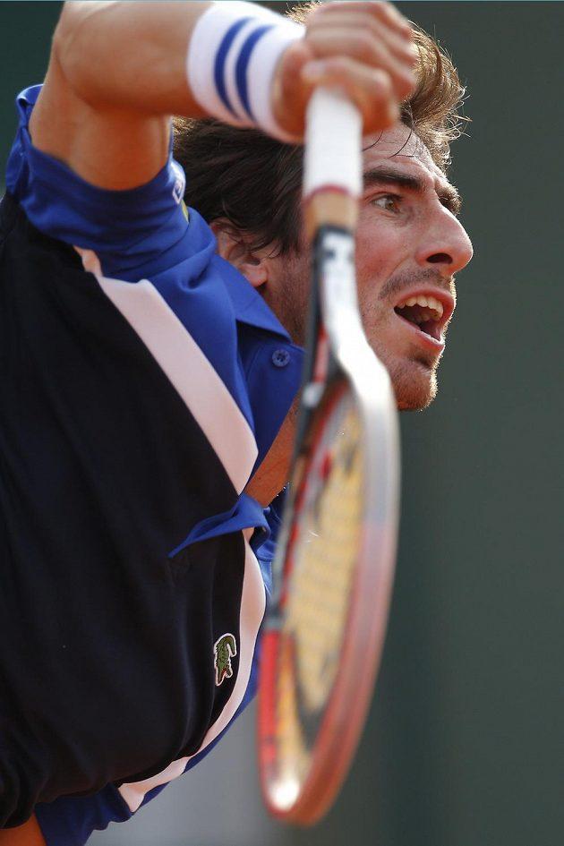 Uruguayec Pablo Cuevas při utkání s Tomášem Berdychem v Paříži.