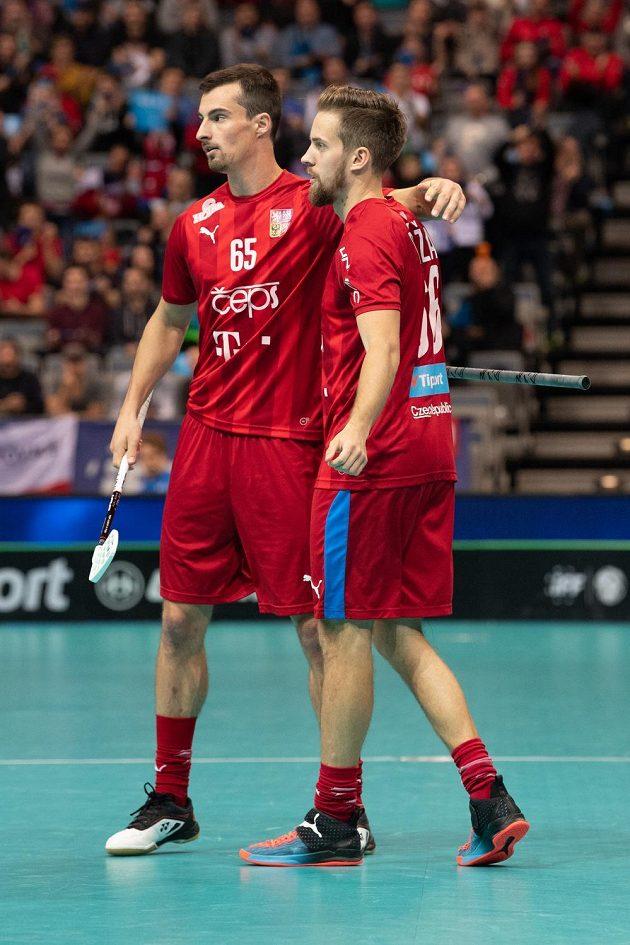 Čeští florbalisté Jiří Bauer (vlevo) a Patrik Dóža oslavují gól na 3:1 během utkání čtvrtfinále MS ve florbale proti Dánsku.