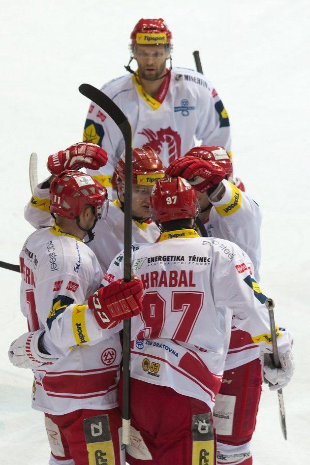 Hokejisté Třince se radují z vyrovnávacího gólu proti Liberci, který vstřelil Jan Peterek (zcela vlevo).