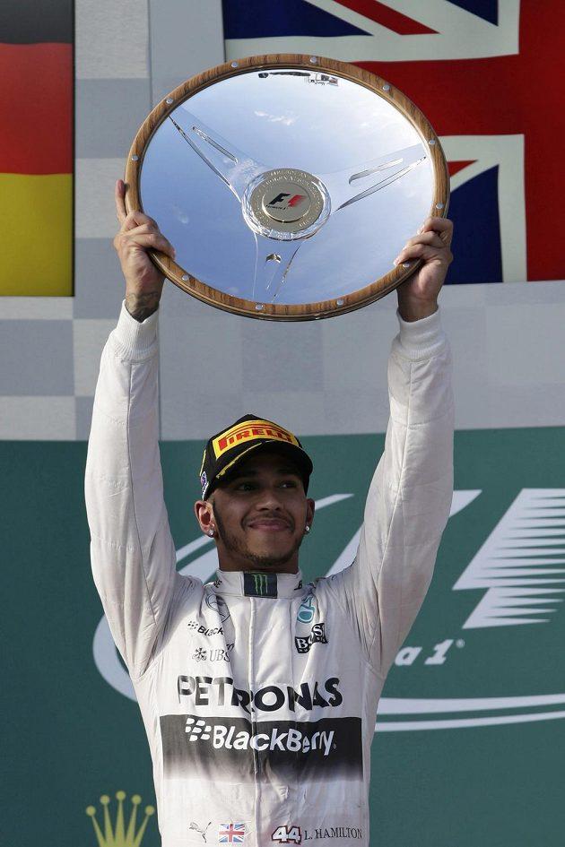 Lewis Hamilton na pódiu Velké ceny Austrálie.