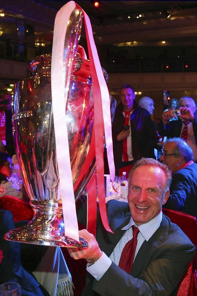 Rozjařený šéf Bayernu Karl-Heinz Rummenigge se chlubí trofejí pro vítěze Ligy mistrů.
