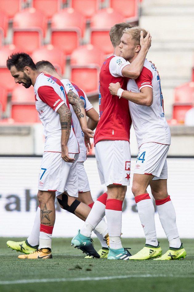Mick van Buren ze Slavie Praha oslavuje se spoluhráči svůj druhý gól během utkání 5. kola HET ligy proti Mladé Boleslavi.