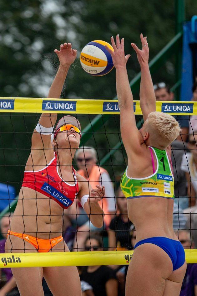 Zleva Barbora Hermanová a Marie Sára Štochlová ve finále mistrovství republiky v plážovém volejbalu.