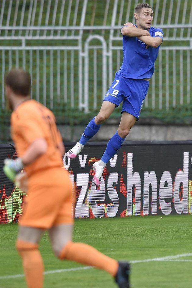 Jan Kuchta z Liberce se raduje ze vstřeleného gólu proti Jablonci.