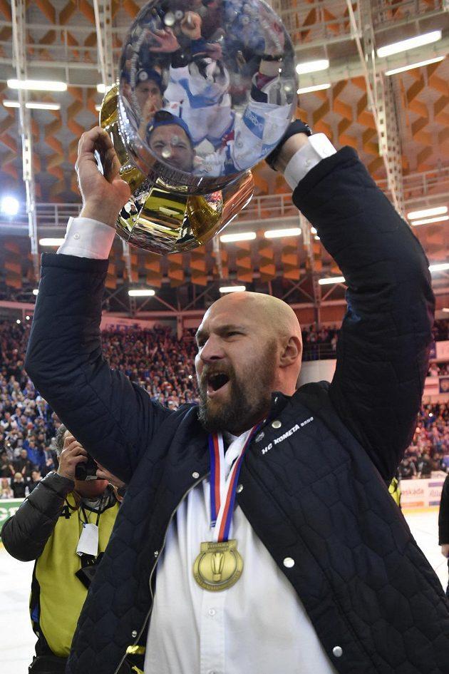 Trenér a majitel Komety Libor Zábranský s pohárem za vítězství v extralize.