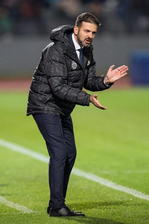Trenér Sparty Praha Andrea Stramaccioni během utkání 3.kola MOL Cupu ve Znojmě povzbuzuje letenské fotbalisty.
