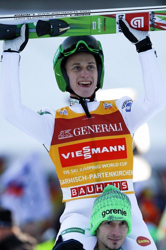 Slovinec Peter Prevc jásá na ramenou týmového kolegy Roberta Kranjece po triumfu v Ga-Pa.