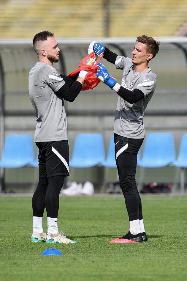 Brankáři Sparty Praha Dominik Holec (vlevo) a Milan Heča během prvního tréninku sezony 2020/2021.