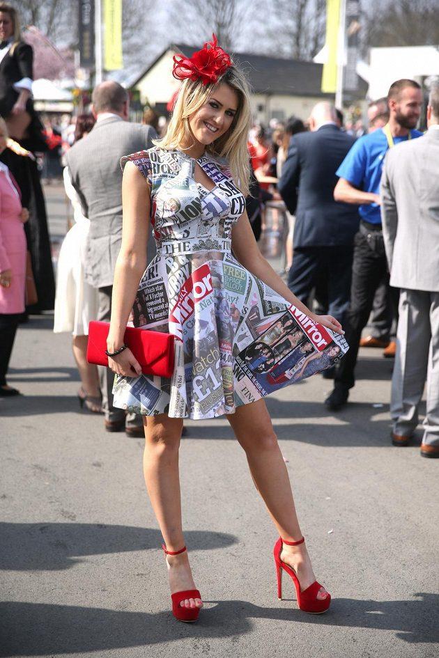Rozverný úsměv a netradiční šaty při Grand National Festivalu.