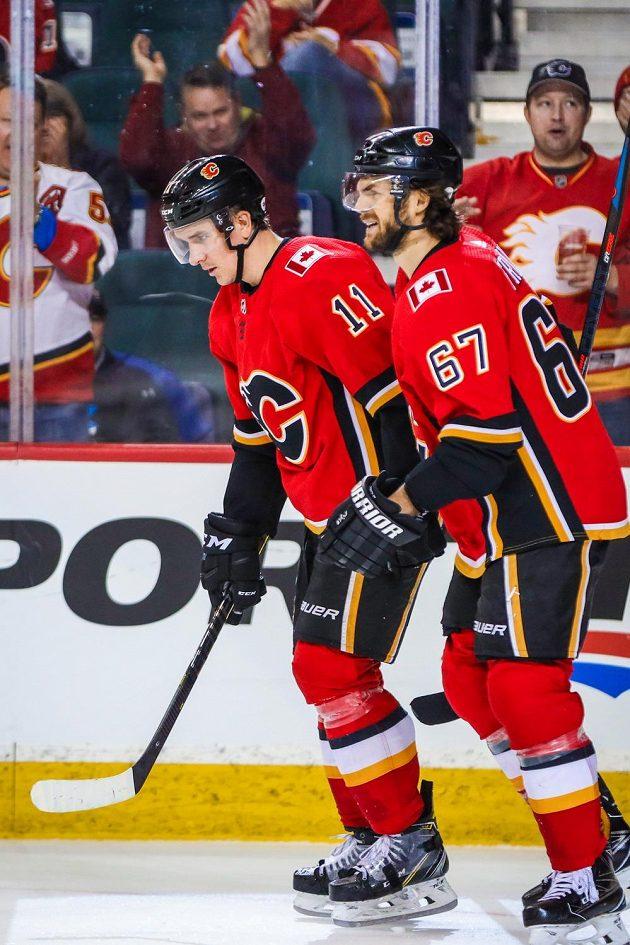 Český útočník Michael Frolik (67) pomohl v NHL Calgary k vítězství nad Arizonou.