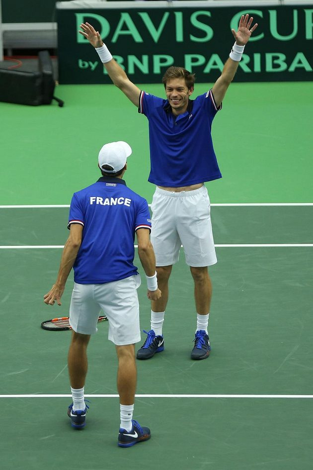 Tenisté Francie Nicolas Mahut a Pierre-Hugues Herbert (zády) slaví výhru nad českou dvojicí Radek Štěpánek, Lukáš Rosol.
