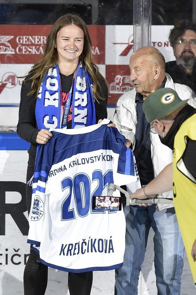 Tenistka Barbora Krejčíková a hokejová legenda Vladimír Nadrchal na stadionu brněnské Komety během utkání extraligy.