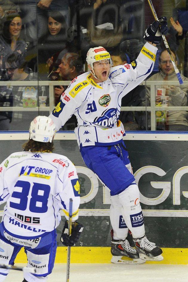 Střelec prvního gólu Martin Dočekal z Brna se raduje z gólu proti Pardubicím, přihlíží jeho spoluhráč Jan Hanzlík.