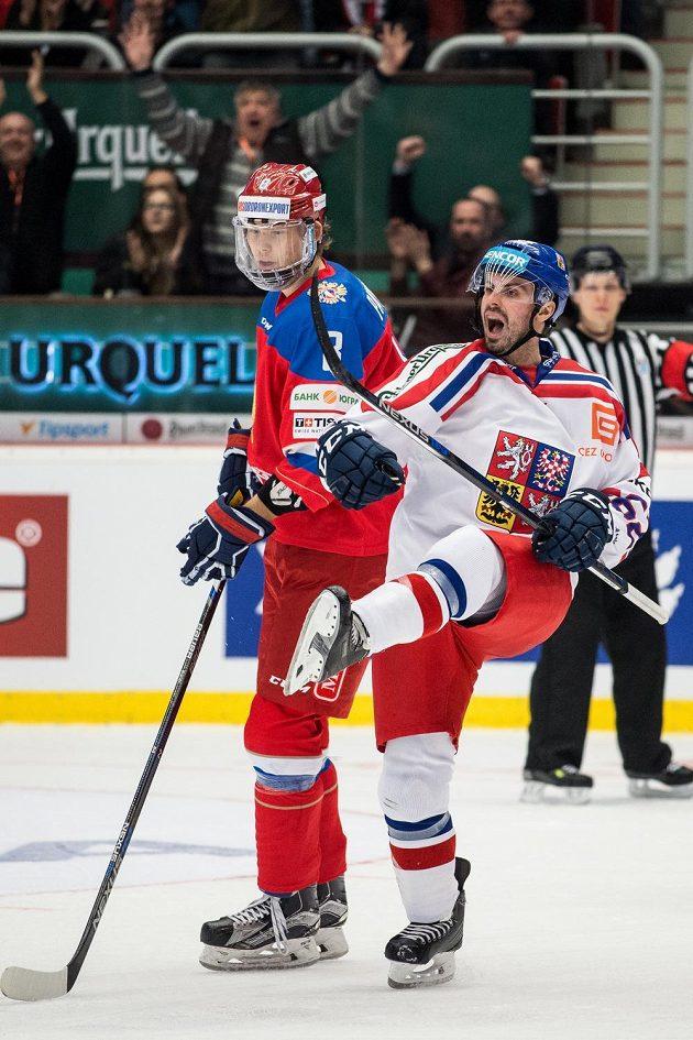 Český útočník Michal Řepík (vpravo) se raduje z gólu proti Rusku.