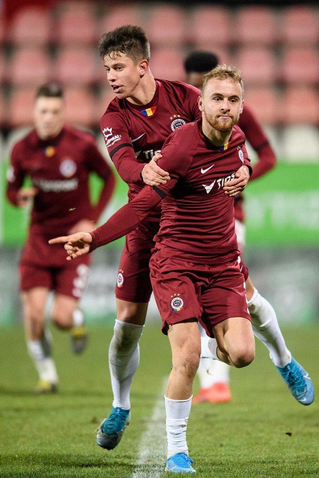 Fotbalisté Sparty Praha Martin Hašek a Adam Hložek oslavují gól na 1:0 během utkání v Příbrami.