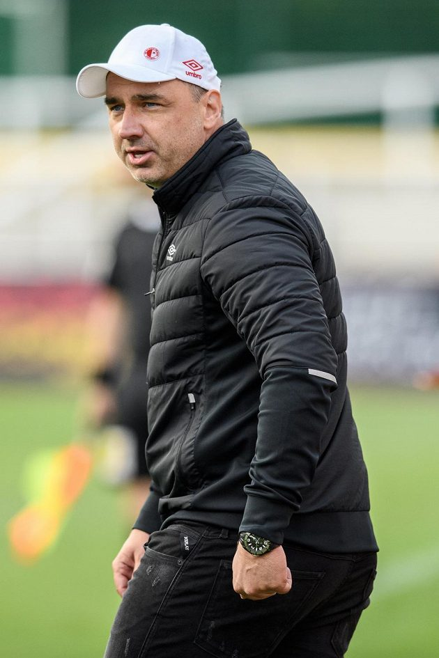 Trenér Slavie Jindřich Trpišovský během utkání na Dukle.