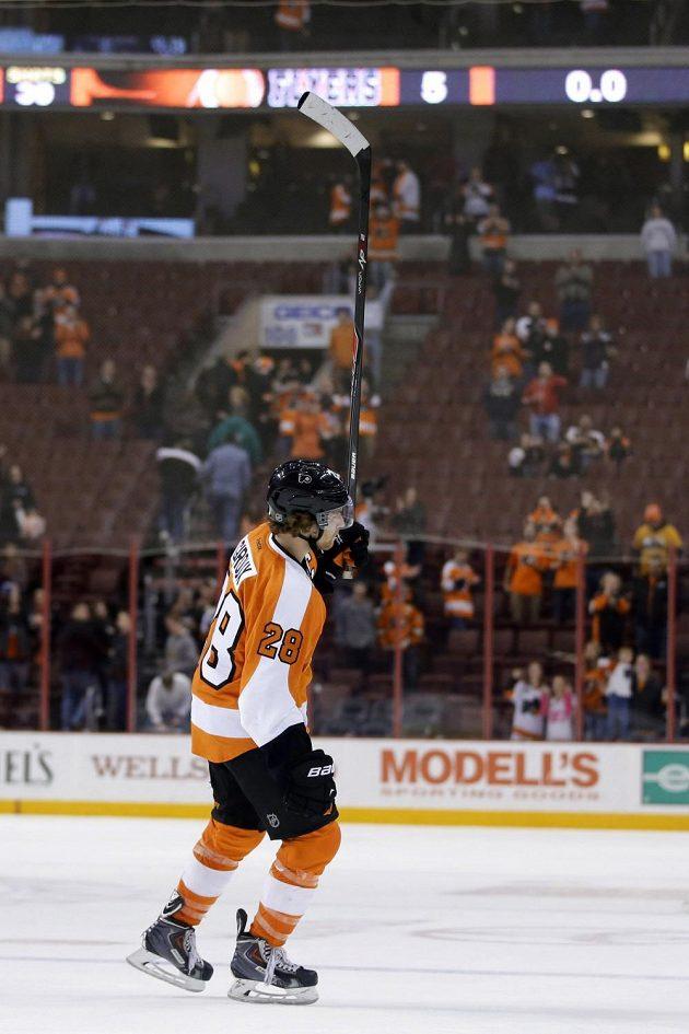 Kapitán Philadelphie Flyers Claude Giroux se raduje s diváky z výhry nad Columbusem.