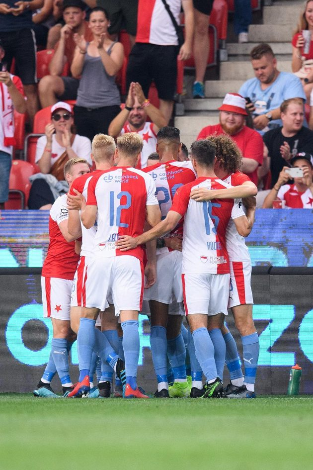 Fotbalisté Slavie Praha oslavují gól na 1:0 proti Bohemians.