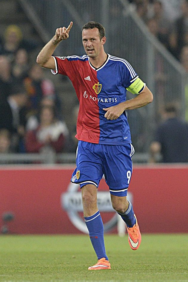 Basilejský útočník Marco Streller se raduje ze vstřelení gólu do sítě Liverpoolu.