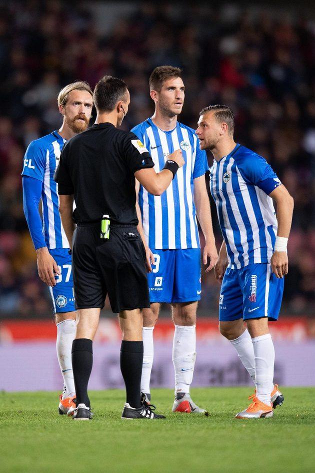 Rozhodčí Petr Ardeleanu a fotbalisté Liberce (zleva) Milan Kerbr, Damjan Vukliševič a Radim Breite.