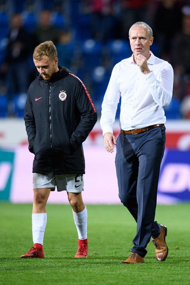 Martin Hašek ze Sparty a trenér Václav Jílek odcházejí z hrací plochy po prohře s Plzní.