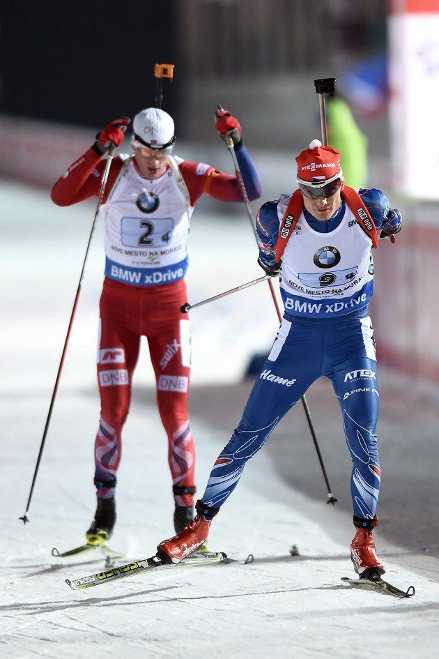 Ondřej Moravec (vpravo) během závodu smíšených štafet v Novém Městě na Moravě. Vlevo Nor Tarjei Bö.