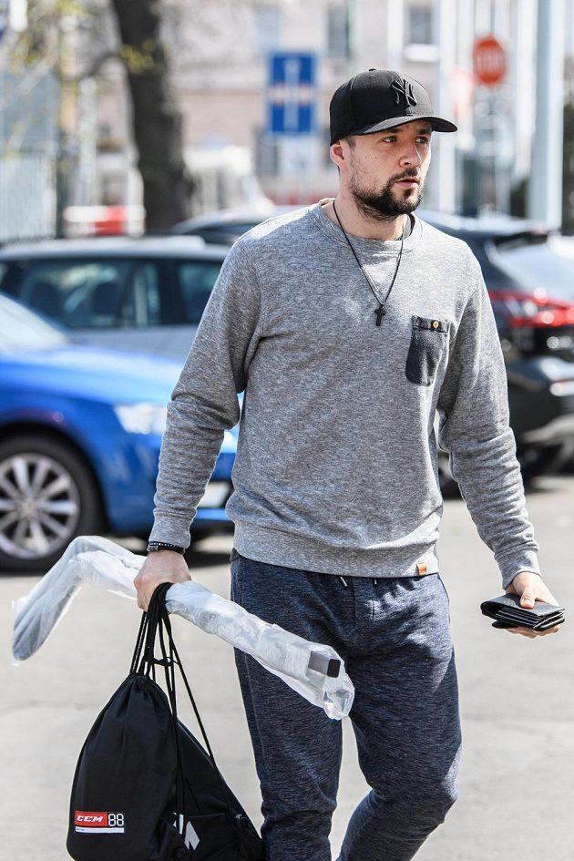 Marek Hrbas přichází na sraz české hokejové reprezentace v Praze.