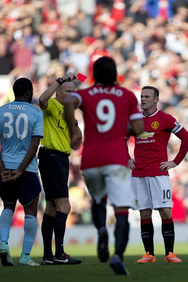 Rozhodčí Lee Mason uděluje červenou kartu útočníkovi Manchesteru United Rooneymu (zcela vpravo) v zápase proti West Hamu.