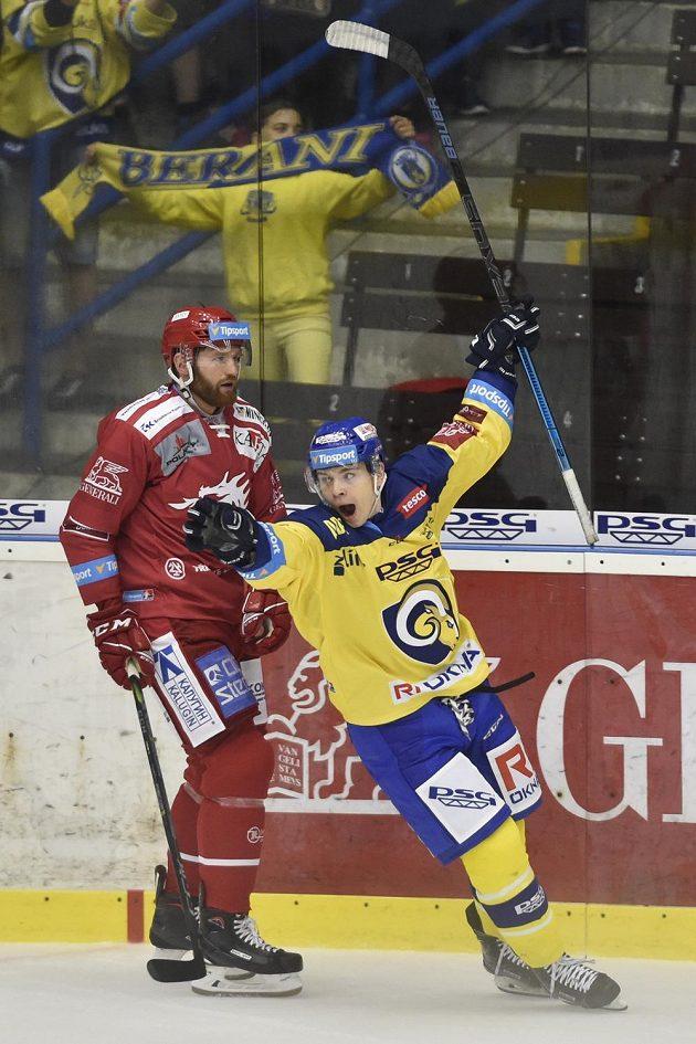 Edgars Kulda ze Zlína se raduje z gólu, vlevo David Musil z Třince.
