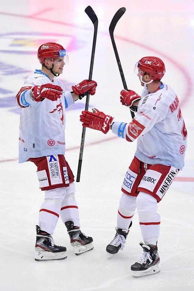 Zleva Andrej Nestrašil a Martin Marinčin z Třince se radují z gólu.