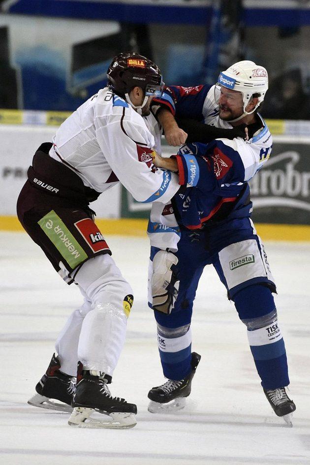 Utkání 25. kola hokejové extraligy: HC Kometa Brno - HC Sparta Praha, 6. prosince 2018 v Brně. Steven Delisle ze Sparty (vlevo) a Tomáš Malec z Komety při bitce.