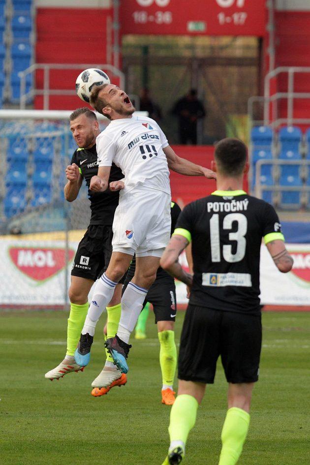 U míče zleva Radim Breite z Liberce a Nemanja Kuzmanovič z Ostravy během čtvrtfinále MOL Cupu.