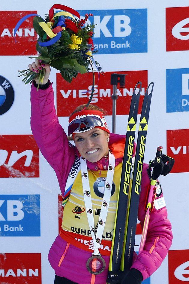 Gabriela Soukalová na stupních po třetím místě při vytrvalostním závodě na 15 km v Ruhpoldingu.