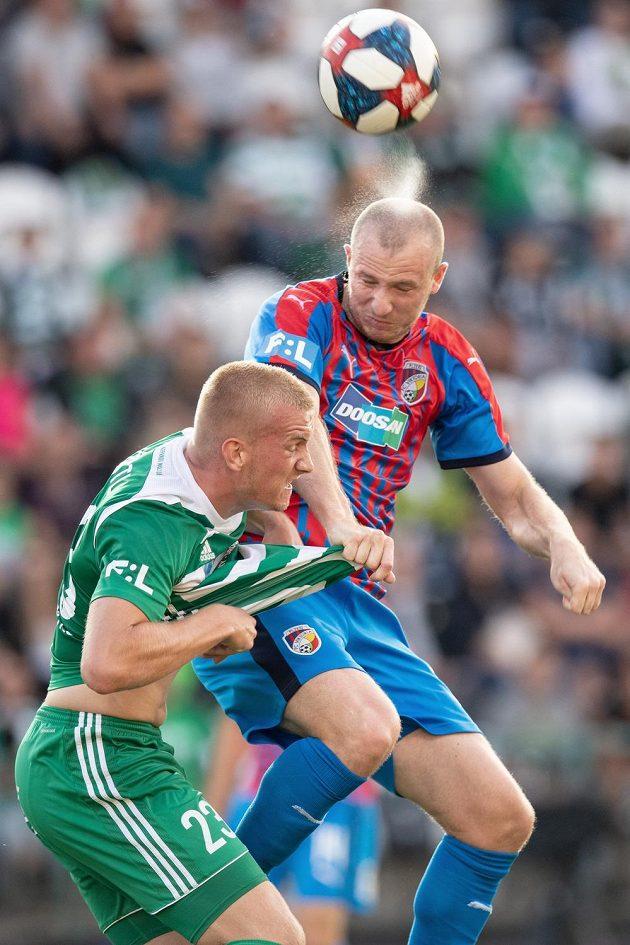 Daniel Köstl z Bohemians a Michael Krmenčík z Viktorie Plzeň během utkání 4. kola Fortuna ligy.