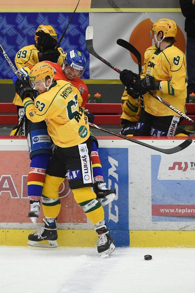 Miloslav Čermák z Budějovic a Michal Hryciow ze Vsetína v souboji během semifinále první ligy. Vsetín prohrával 0:2, ale po zásahu Hryciowa vedl 3:2-