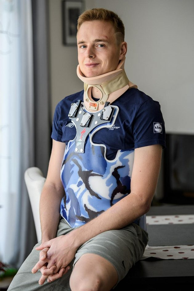 Cyklista Petr Vakoč se léčí po vážném zranění.