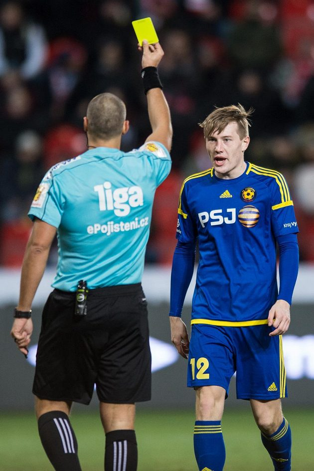 Rozhodčí Miroslav Zelinka uděluje jihlavskému Davidu Štěpánkovi žlutou kartu.