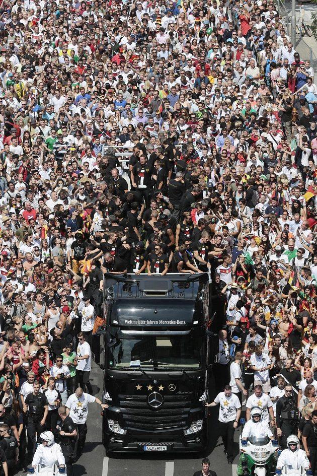 Tisíce lidí v Berlíne obklopily německý kamión s hráči.