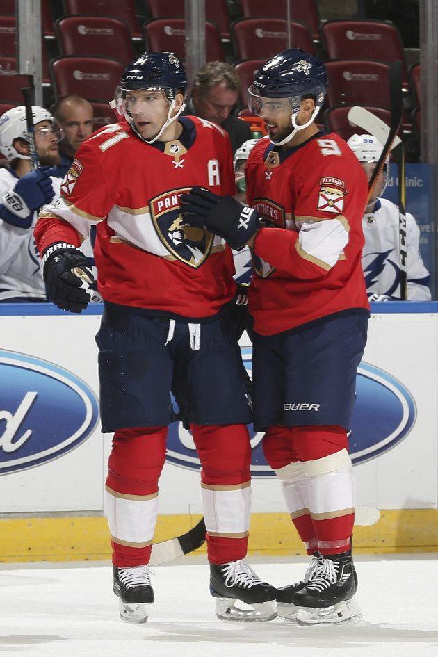 Útočník Floridy Panthers Radim Vrbata (vlevo) gratuluje spoluhráči Brandonu Pirrimu ke gólu v přípravném utkání na nový ročník NHL.